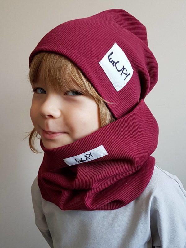 dziecko w bordowej czapce z kominem zima