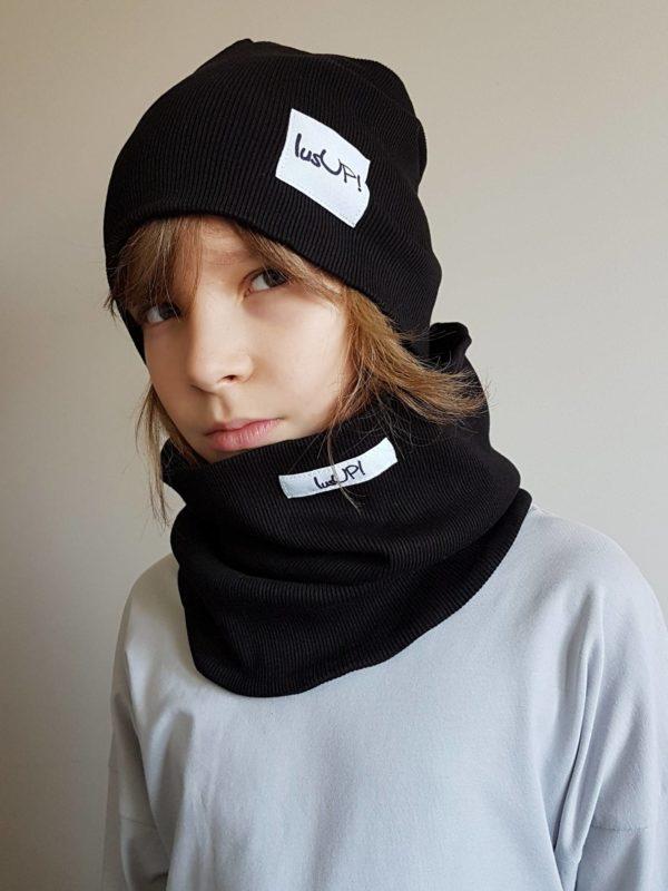 chłopiec wkomplecie zimowym czarnym czapka i komin