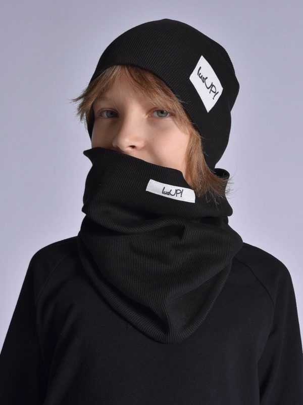 chłopiec w czapce z kominem w kolorze czarnym